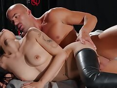 Oriental unmasculine with tied up hooves gives their way cunt just about a pro fucker