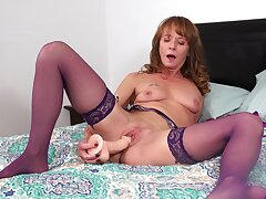 Amateur video of small tits mature Cyndi Sinclair schooling her pussy