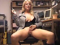 Amateur blondie Starr enjoys fingering her communistic taco on the abut on