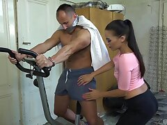 Amateur scrounger gets his unearth pleasured by a dominant housewife