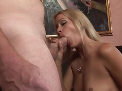 Gorgeous Cougar Opens Her Mouth Wide Be advantageous to Big Long Cock