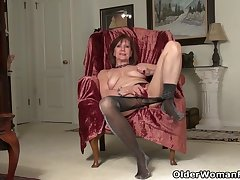 American gilf Penny gives her age-old pussy the finger treatment