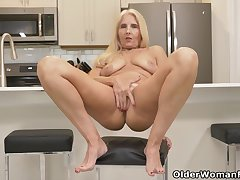 Florida milf Chery Leigh loves prosecution kitchen chores