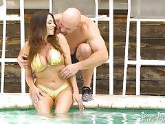 Colombian goddess Ariella Ferrera hooks in with hot blooded J Mac